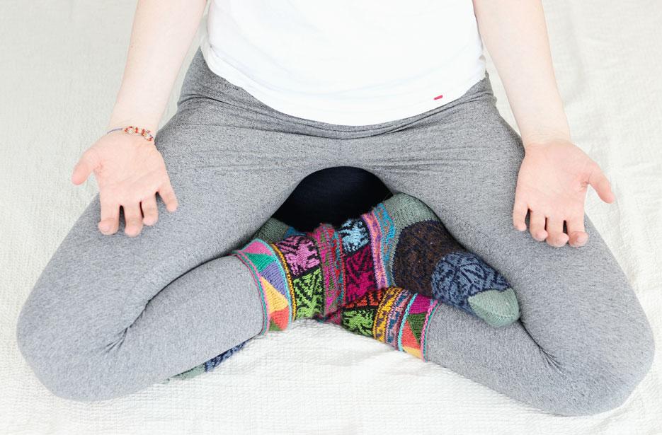 Meditationshaltung mit gekreuzten Beinen